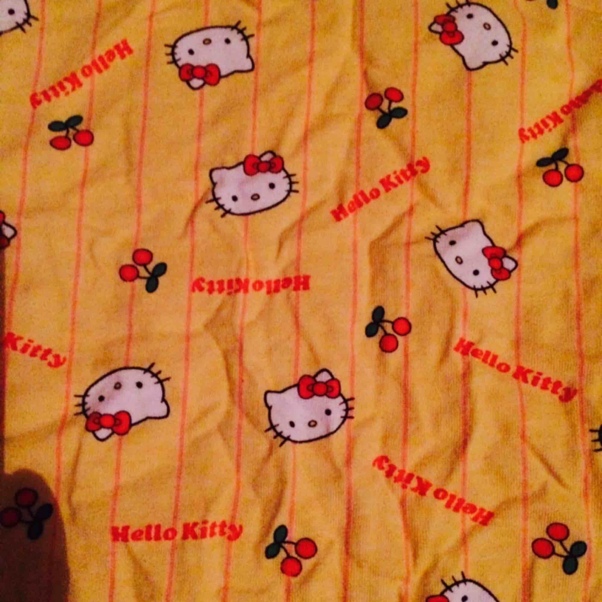 Gul vringad tshirt med Hello Kitty och körsbärsprint. Frakt: 42 kr. T-shirts.