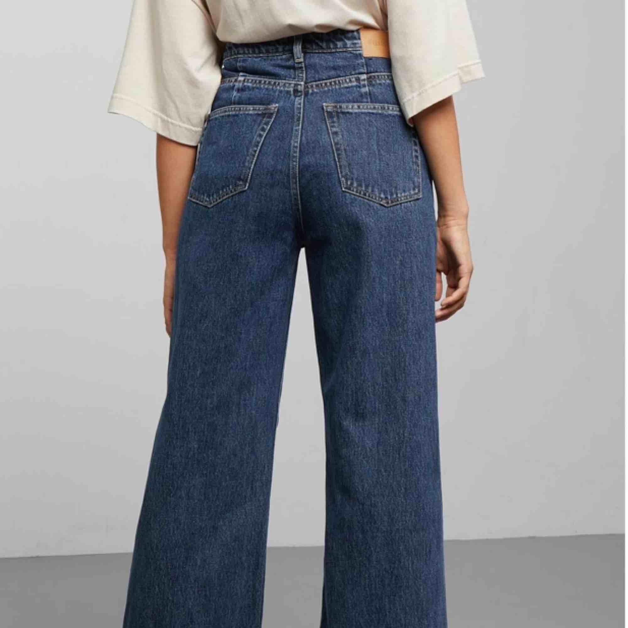 Säljer mina WEEKDAY byxor i modellen Ace som tyvärr inte kommer till så mycket användning längre. Är i toppen skick och är i storlek 26 i midjan och 30 i längden. Köparen står för eventuell frakt. . Jeans & Byxor.