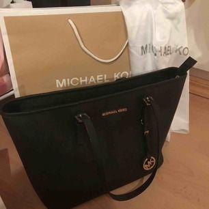 Säljer min älskade ÄKTA Michael Kors tote väska för har ingen användning av den. Använt fåtal gånger, den är i nyskick. Påse, dustbag  och kvitto medföljer. Nypris: 2700 kr