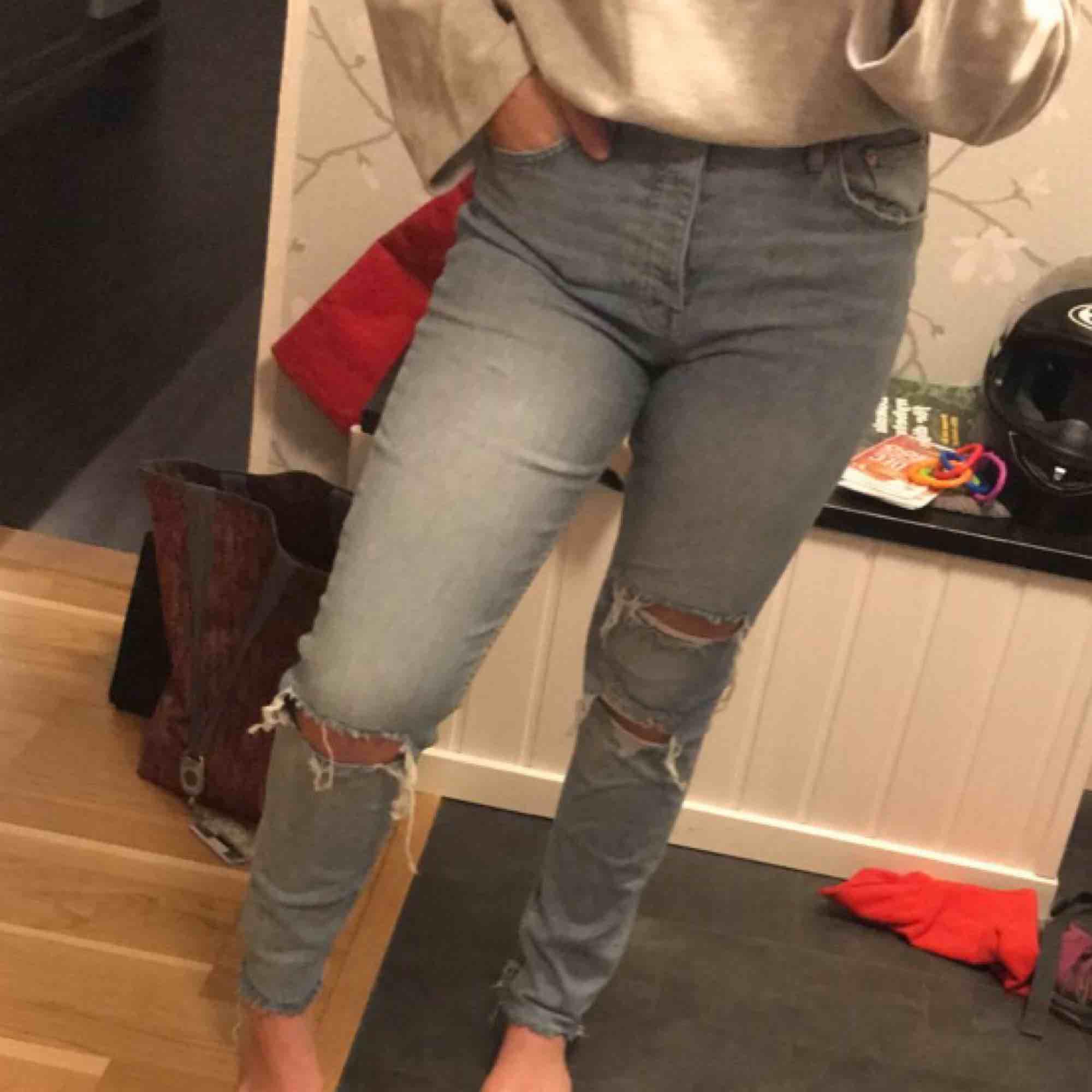 Blåa jeans boyfriend ish, ganska använda men i fint skick. Jag säljer då jag inte använder dom speciellt mycket. Köparen står för frakten. Jeans & Byxor.