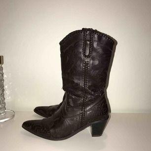 Säljer mina fantastiska cowboy-boots då jag har ett annat par som jag använder mer. Har varit med mig länge vilket syns på själva materialet i vissa sektioner men tycker bara att det ger skon karaktär!