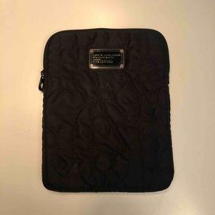 Snygg svart Marc Jacobs iPad fodral som är knappt använt. Passar originalstorleken av en iPad!