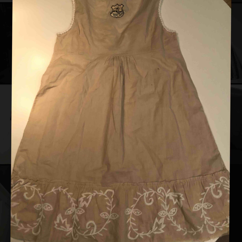 Fin Odd Molly klänning! Den är helt oanvänd och har prislappen kvar! Det finns en eller två svarta små fläckar på ryggen, men de går säker bort i tvätten! För att få en mer proportionerlig så är jag 165cm. Klänningar.