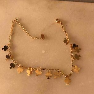 Ankelsmycke! Köpt i Libanon!Sitter sjukt snyggt på!! Doppat i äkta guld- du kan bada med det osv. Frakt 9kr!