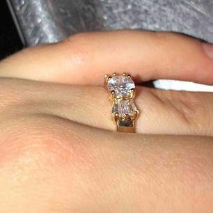"""Sjukt snygg unik ring! Doppad i äkta guld! """"Diamanten"""" ser så äkta ut!!!😍😍 9kr frakt eller mötas upp🥰 kan gå ner lite i pris vid snabb affär!"""