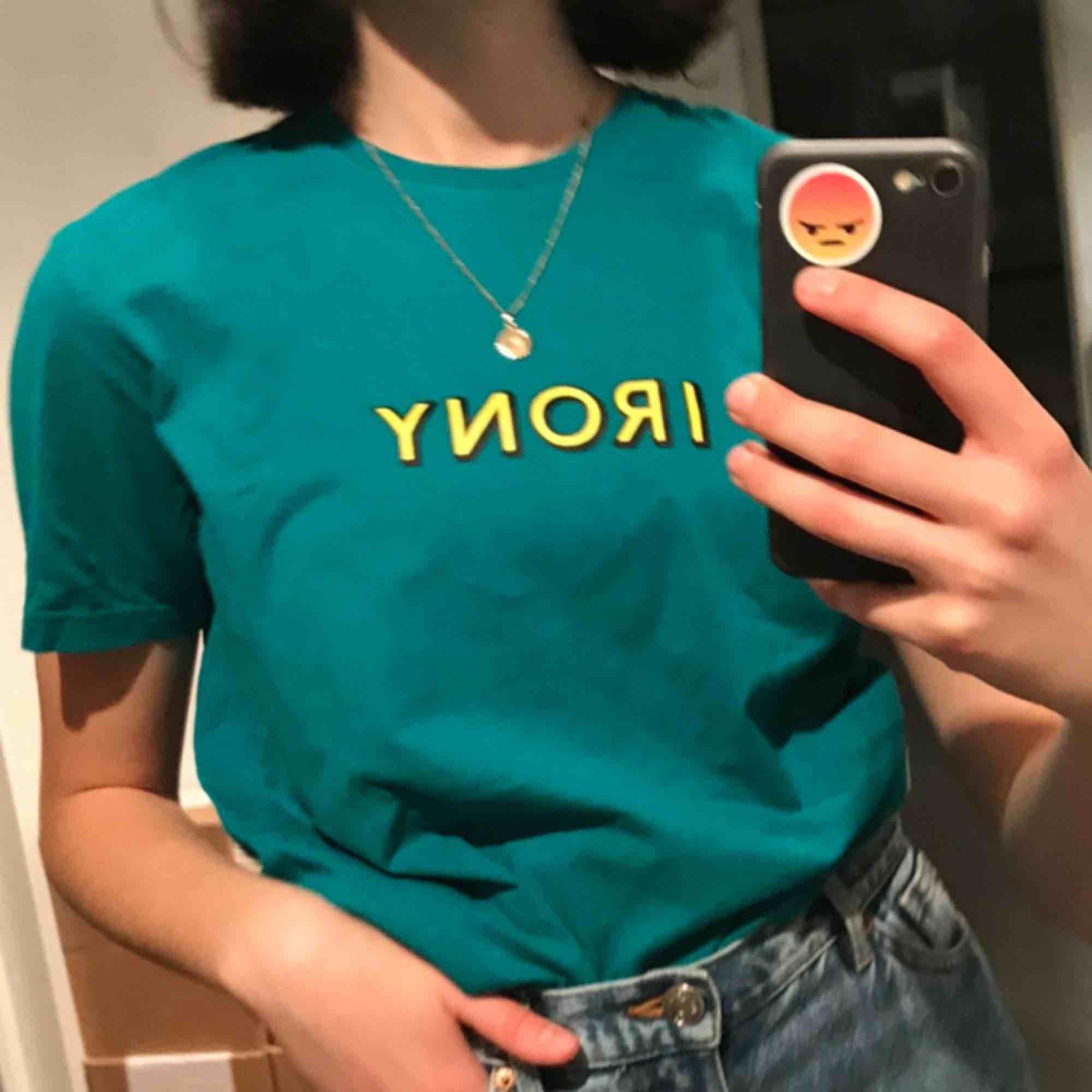 Asfin t-shirt från carlings märke rotation i super skick men som jag tröttnat på! Storlek L men passar och sitter lite oversize på mig som har S🥰. T-shirts.