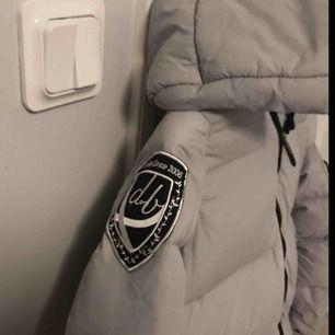 Ljusgrå superfin dbrand jacka, säljer tyvärr pga för liten, frakt står köpare för, dragkedjan krånglar lite men annars felfri😇