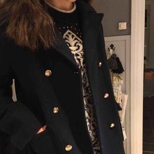 Jättefin kavaj/jacka från Zara, från barnavdelningen men i största storlek som motsvarar XS. Mörkblå med knappar, väldigt fint skick! Höst/vinterjacka ☺️