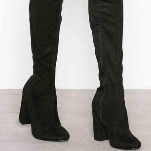 NLY Block Heel Thigh Boot lårhöga stövlar från nelly i mockaimitation. Går upp över låren, skitsnygga men kommer inte till användning. Använda ett fåtal gånger. Kan skickas mot porto.