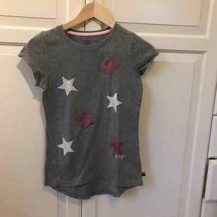 Helt oanvänd Tommy Hilfiger t-shirt med stjärntryck på !