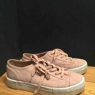 Söta skor i bra skick! Ljusrosa och med lite högre sula. Fake-mocka material😍