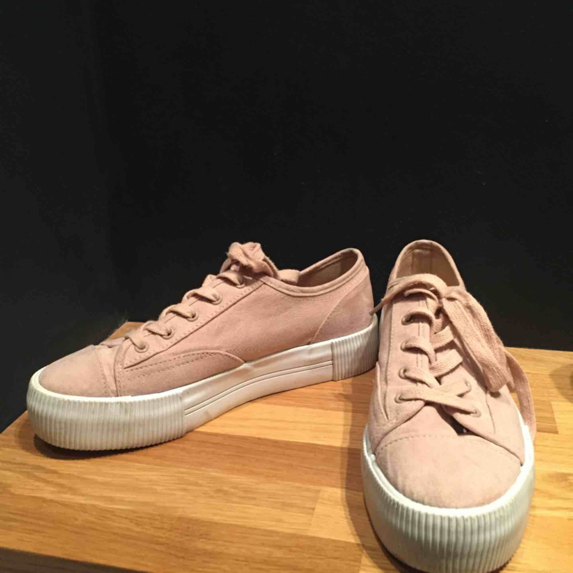 Söta skor i bra skick! Ljusrosa och med lite högre sula. Fake-mocka material😍. Skor.