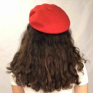 Beret/basker i en klar röd färg! Väldigt fin nu till hösten. Passar exempelvis till turtleneck och kjol eller jeans!