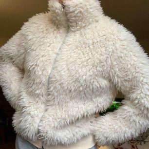 """Gosig """"jacka"""" ish från KappAhl. Skönt silkesmaterial inuti. Säljer den då jag inte har någon användning för den. Frakten (50kr) ingår i priset"""