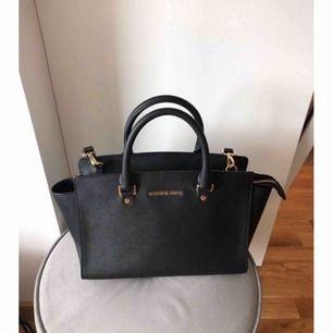 Säljer min äkta Michael Kors väska i mycket fint skick. Modell Selma bag!:)