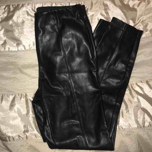 Byxor från Zara använts 6 gånger ungefär och är i midjelängd.