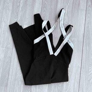 Ny svart långklänning med silvriga paljetter från Lavish Alice, storlek 34/36. Nypris 65£ (774kr)  Möts upp i Stockholm eller fraktar. Frakt kostar 54kr extra, postar med videobevis/bildbevis. Jag garanterar en snabb pålitlig affär!✨