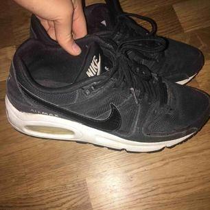Jättesnygga Nike skor med en snygg detalj på Nike märket. Dom är inte som nya, men har inga bristningar.   Kan frakta eller mötas upp i Gävle, frakten betalar du själv isf 💕