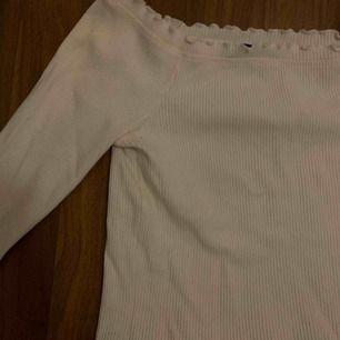 Supergullig vit långärmad tröja från Gina! Croppad och off shoulders i storlek M men passar även mindre