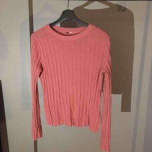 Helt vanlig ribbad tröja i en måvig rosa färg.