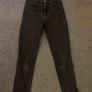 """Supersnygga urtvättade svarta jeans från Gina tricot! Slim-momfit modell """"Leah"""". Väl använda men inga slitningar:)"""