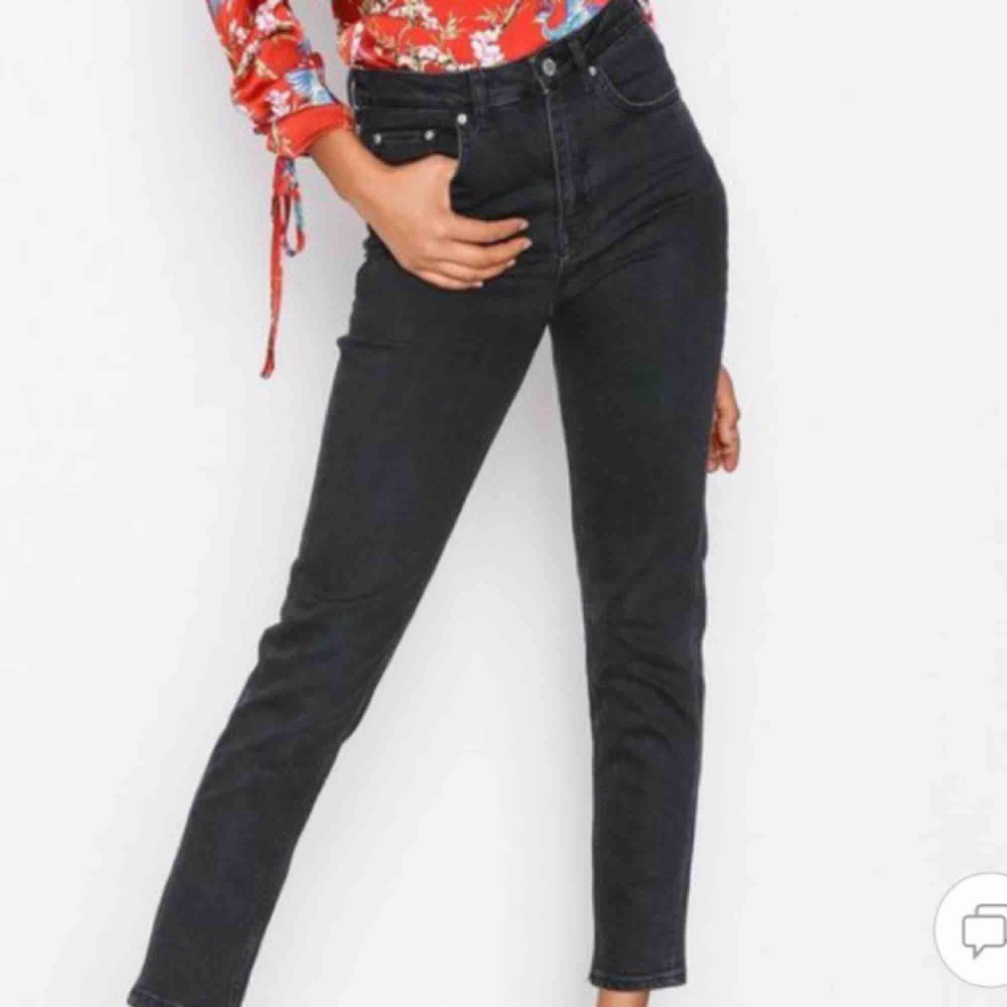 """Supersnygga urtvättade svarta jeans från Gina tricot! Slim-momfit modell """"Leah"""". Väl använda men inga slitningar:). Jeans & Byxor."""
