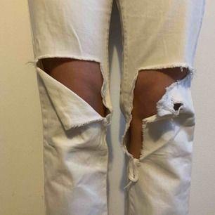 Extremt schyssta vår och sommarbyxor. Vita bortfriendbyxor med hål vid knäna. Fickor på baksidan!