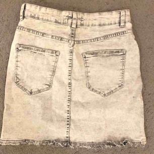 Supersnygg ljusgrå (spräcklig/urtvättad) kjol från bershka, knappt använd. Storlek 36 men väldigt mycket stretch så passar högre storlekar med!