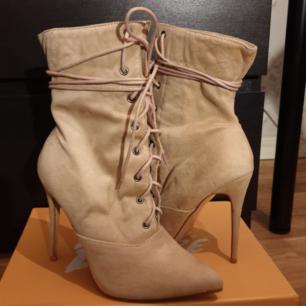 Lace heels från public desire. Endast använda inomhus. Pris kan diskuteras. Kan mötas i Stockholm eller frakta men då står köparen för frakt