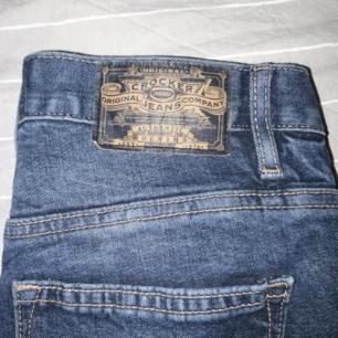Säljer dessa Crocker jeans från JC pga för stora, används ett fåtal gånger. I nyskick, de har bara legat i min garderob. Detta är modell Liv boyfriend i storlek waist 25 och length 28. Frakt ingår BARA SWISH