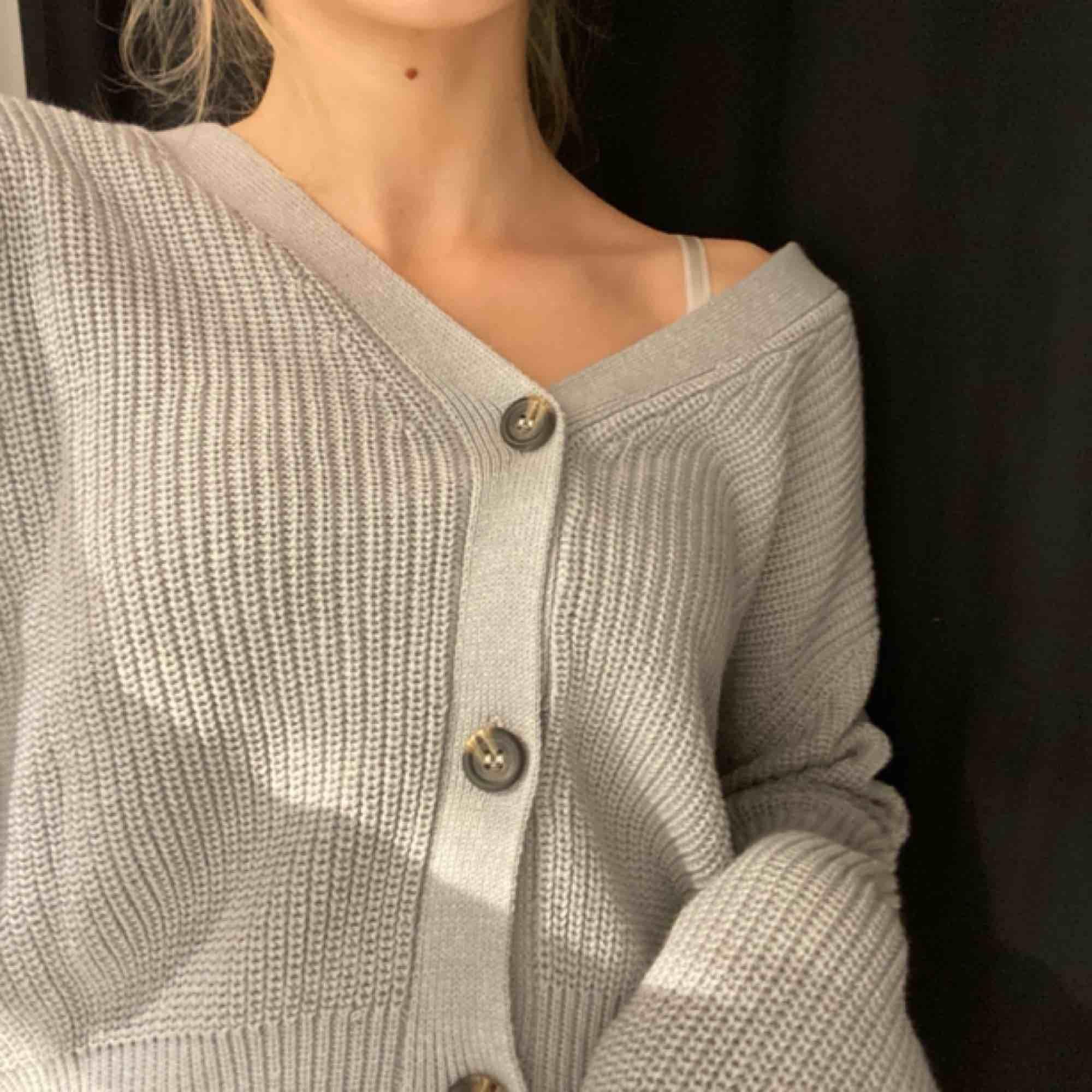 Stickad tröja med knappar Fint skick, använder ej längre💕. Tröjor & Koftor.