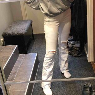 Vita bootcut jeans, aldrig använda. Storlek 30/32. Säljs pga inte passar