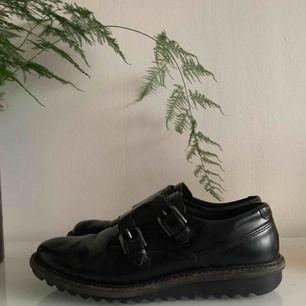 """Bekväma skor från Ecco i bra kvalitet. Otroligt sköna och bra att gå i samtidigt som de har en unik design med spännen och """"kostymstil"""". En supersko!"""