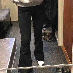 Svarta bootcut jeans från Gina, bara använda 2 gånger. Originalpris 399kr. Säljes pga inte passar. Du står för frakten, brukar va runt 30-50kr.