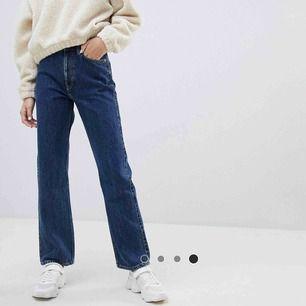 Blåa jeans från Weekday i modellen ROW💛 köpta för 500kr men är knappt använda. Säljer för att de tyvärr är lite för stora för mig. Köparen står för frakten!