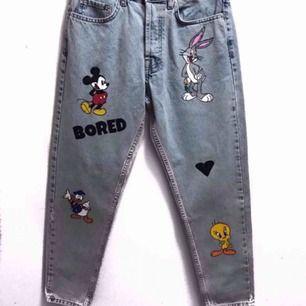 Målar och säljer custom kläder efter önskat motiv mic! Allt ifrån jeans, jackor, hoodies och vanliga t shirts!  Besök min instagram CustomWearSE för att få mer information