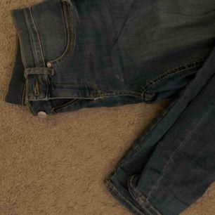 Tighta mörkblå jeans från Gina tricot, väldigt stretchiga   Knappt använda