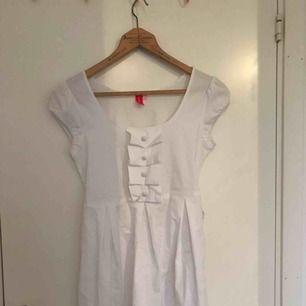 Supersöt klänning från 365 sunshine, knytning där bak så går att justera efter hur man vill ha den🌟