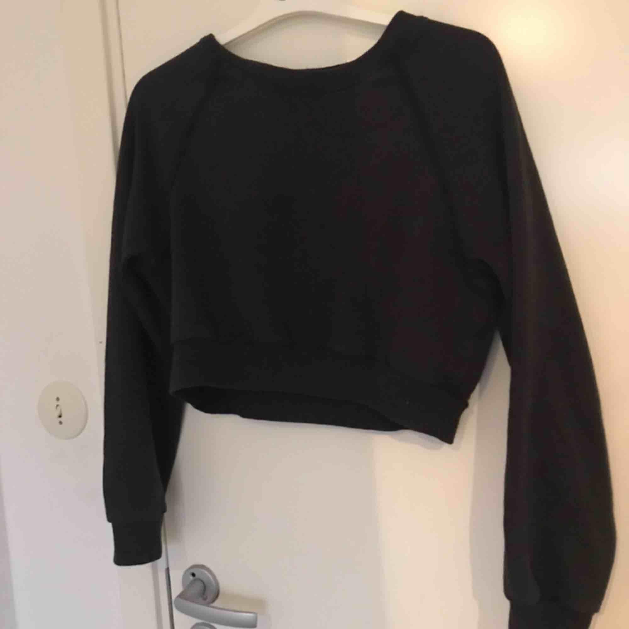 Mörkgrön sweatshirt från bikbok. Huvtröjor & Träningströjor.