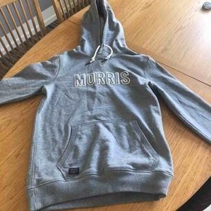 En Morris hoodie som är ungefär ett halvår gammal, användes knappt då men används numera aldrig.