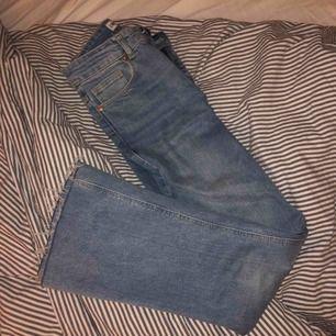 Snygga nästan helt nya jeans från Zara. Blixtlåset har gått sönder. Säljer eftersom de tyvärr blivit för små.