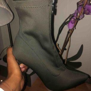 😝 Supersnygga klackskor med 15 cm stiletto klack, har en dragkedjan som gör att den sitter mer slim mot huden,  som en strumliknande sko.   Aldrig använt!   Kan mötas om du bor i i centrala Stockholm  50 kr frakt, köparen står för frakten!