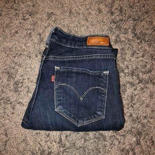 Levi's jeans i modellen Skinny! Skulle säga att det är passar strl M & S (dom är tyvärr förstora för mig)