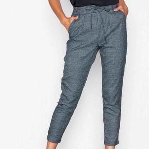 """Supersköna """"kostym""""byxor från only. Nypris 320kr, säljer då de tyvärr är för små för mig. Högmidja med knyte!"""