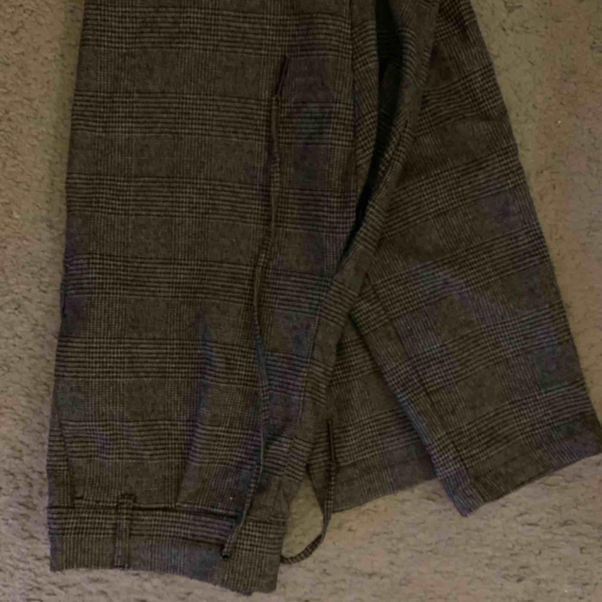 """Supersköna """"kostym""""byxor från only. Nypris 320kr, säljer då de tyvärr är för små för mig. Högmidja med knyte! . Jeans & Byxor."""