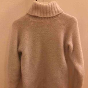 Super skön, mysig stickad tröja med polo från H&M. En varm tröja som även gör outfiten snygg och skön. Passar lika bra i XS som S. Skriv för fler bilder, frågor osv😊