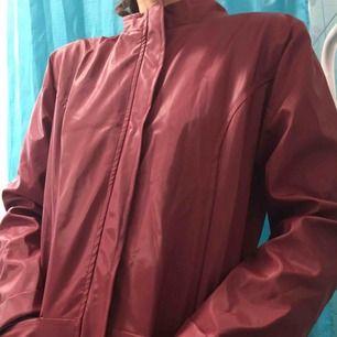Röd glansig jacka.  (っ◔◡◔)っ MÅTT: Byst: 52cm Längd: 97cm Ärm: 63cm