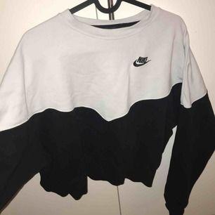 Nike tröja stl XL, passar alla beroende på hur man vill ha den sitta. Den är kortare och bredare.