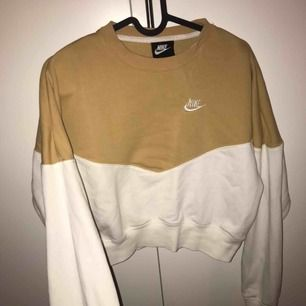 Nike tröja stl S, kortare i modellen.