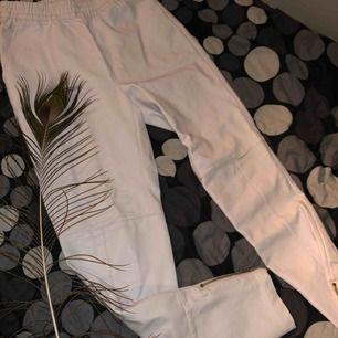 Skitsnygga vit/beiga aktiga skinn byxor i bra kvalité. Köptes för 499 men tyvärr 1 storlek för små, och därför säljs de vidare. Aldrig kunnat bli använda, och köparen står för frakten 💕
